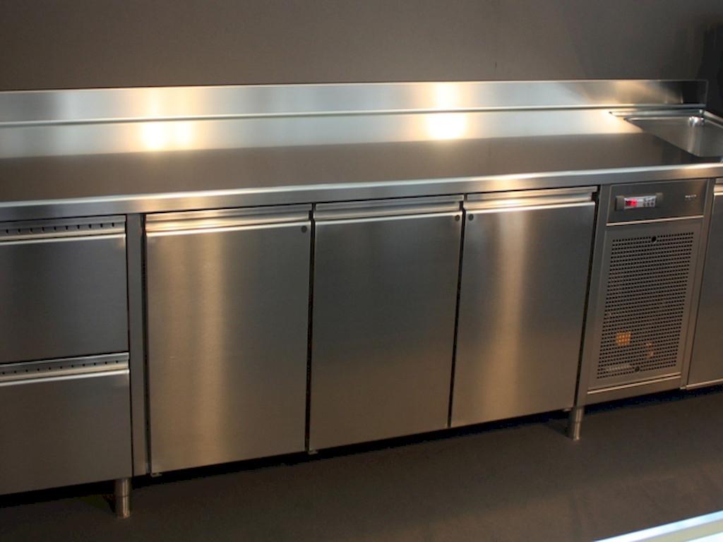 hladilni-pult-z-vrati-za-kuhinjo-toni